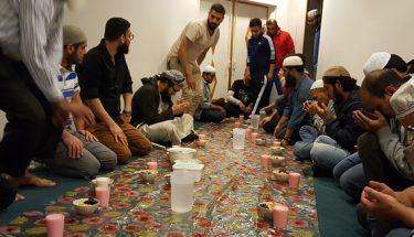 مسجد عائشہ میں افطاری