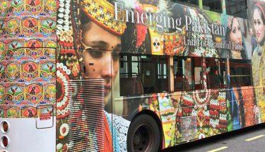 لندن کی مشہور زمانہ ڈبل ڈیکر بسوں پر پاکستان کے روائتی رنگ