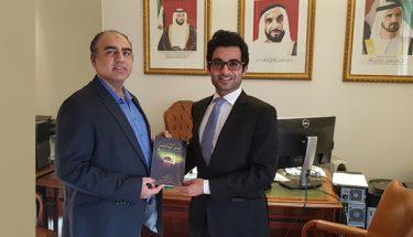 عارف کسانہ نے متحدہ عرب امارات کے قائمقام سفیر کو بچوں کی کتابیں پیش کیں