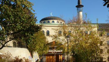 اسٹاک ہوم: ہزاروں سویڈش شہریوں نے مسجد کے باہر پہرہ دیا