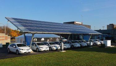 شیل کمپنی کا کہنا ہے کہ وہ اس سال اپنے گیس اسٹیشنوں پر برقی گاڑیوں کے چارجرنصب کرنے کا آغاز کرے گی.