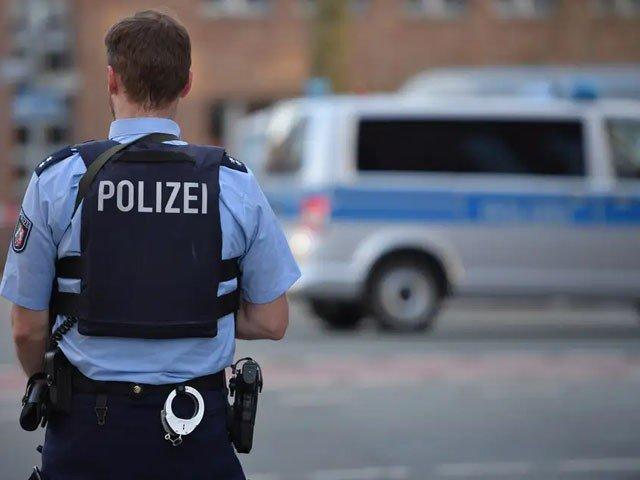 پولیس نے تعاقب کے بعد ملزم کو حراست میں لے لیا ہے۔ فوٹو : فائل