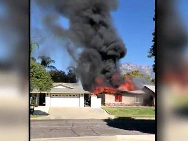طیارہ گرنے سے عمارت کا ایک حصہ تباہ ہوگیا اور گھر میں آگ بھڑک اُٹھی۔ فوٹو : ٹویٹر