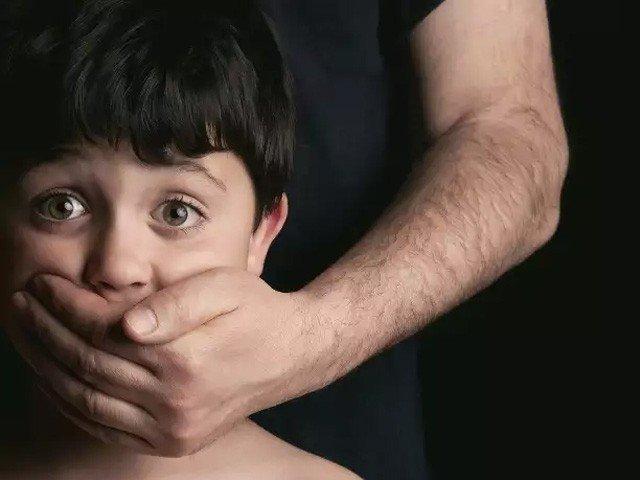 ایک اسکول ٹیچر کے گھر سے بچوں سے زیادتی کی 3 لاکھ 50 ہزار تصاویر اور 9 ہزار ویڈیوز ملی ہیں۔ پولیس