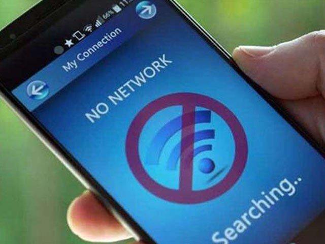 بھارتی سرحد سے متصل علاقوں میں موبائل اور نیٹ سروس بند کردی گئیں، فوٹو : فائل