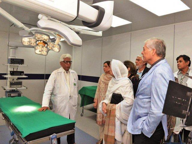 قابل ڈاکٹرز گردے، مثانہ وغیرہ کی روبوٹک سرجری کا گہرا تجربہ رکھتے ہیں،ادیب رضوی۔ فوٹو: ایکسپریس