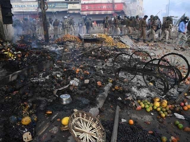پولیس اہلکاراور بی جے پی کے غنڈے مل کر مظاہرین پرٹوٹ پڑے،لاٹھیوں اور ڈنڈوں سے تشدد کا نشانہ بنایا ۔ فوٹو : اے ایف پی