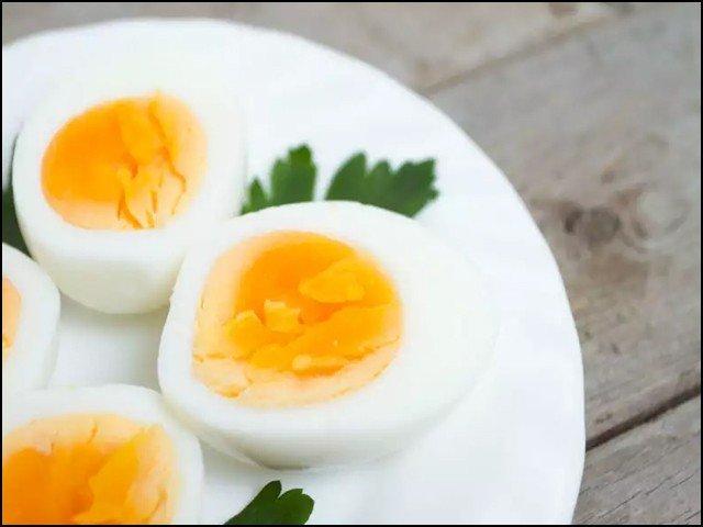 ماہرین کا کہنا ہے کہ ناشتے میں اُبلا ہوا انڈا کھایا جائے تو وہ زیادہ بہتر رہتا ہے۔ (فوٹو: انٹرنیٹ)
