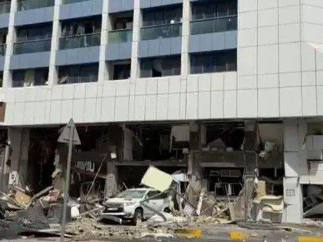 احتیاطا متاثرہ عمارت کی قریبی عمارتیں بھی خالی کروا لی گئی ہیں(فوٹو، ٹوئٹر)